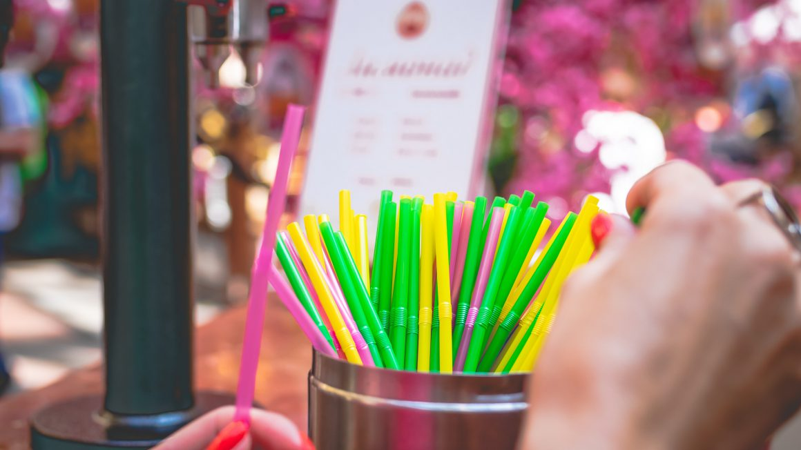 assorted-coloured-straws-2842113